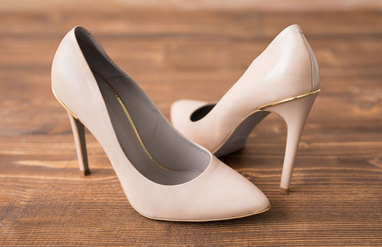 can yoy wear nude shoes with black